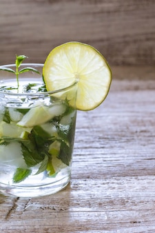 Mojito cocktail con lime e menta in bicchiere highball