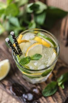 Mojito cocktail con lime, limone e menta in un bicchiere
