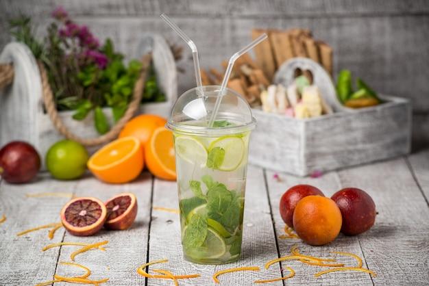 Mojito cocktail in un ufficio sul tavolo rustico
