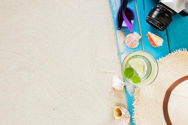 Mojito cocktail in vetro con cappello di paglia e macchina fotografica