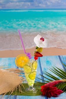 Mojito del cocktail della calce del limone sulla spiaggia tropicale