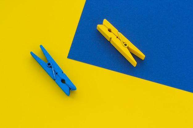 Mollette da bucato blu e gialle sullo sfondo, close-up