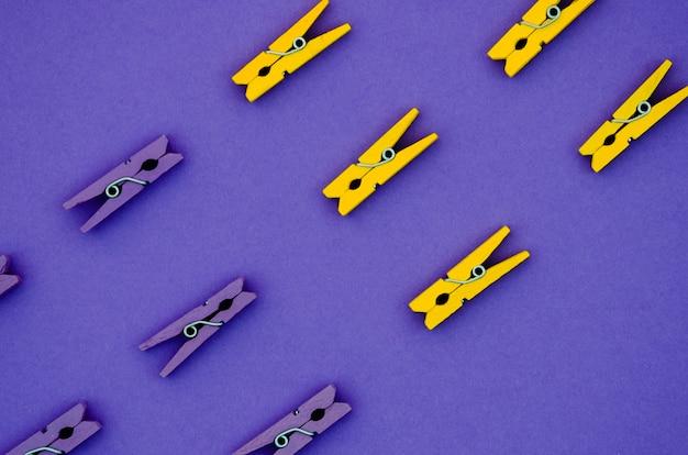 Mollette da bucato gialle e viola piatte