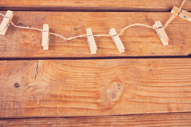 Mollette da bucato su corda e tavole di legno vuote. copyspace. vista dall'alto.
