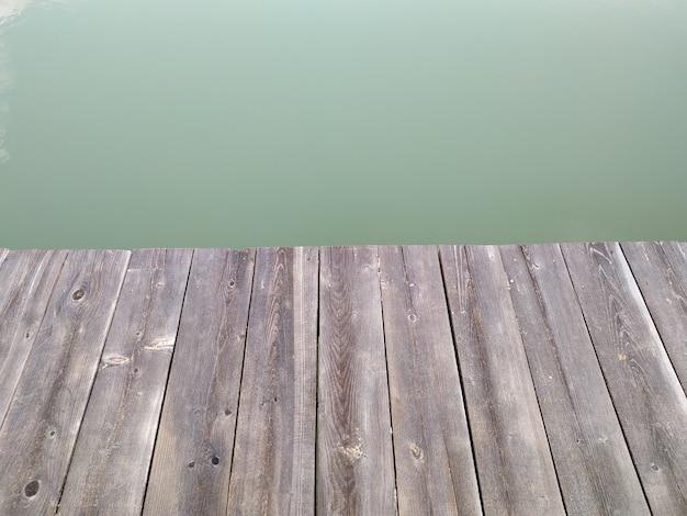 Molo di legno sul lago