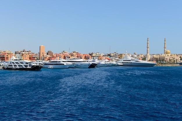 Molo est con molti grandi yacht costosi