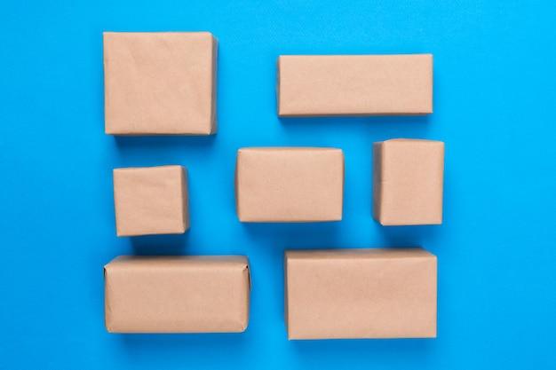 Molta scatola di cartone su fondo di legno blu. vista dall'alto