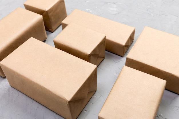 Molta scatola di cartone sul fondo grigio del cemento. vista dall'alto