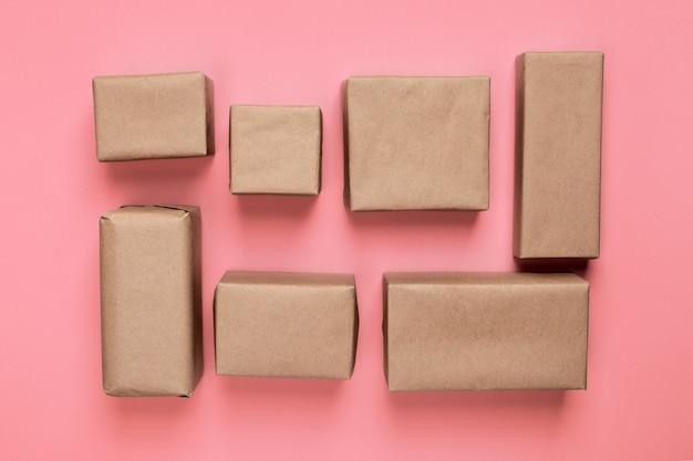 Molta scatola di cartone sulla vista di legno e superiore arancio