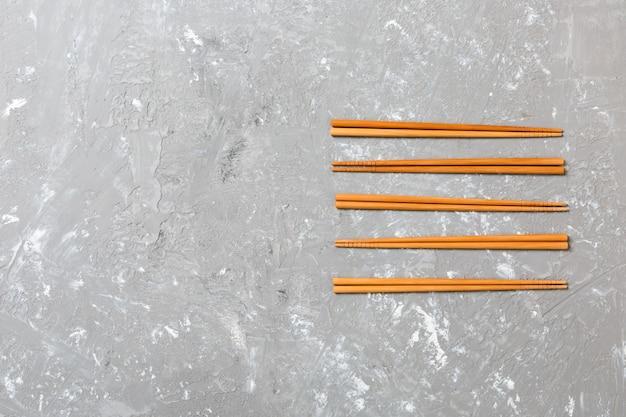 Molte bacchette di bambù sulla pietra nera del cemento