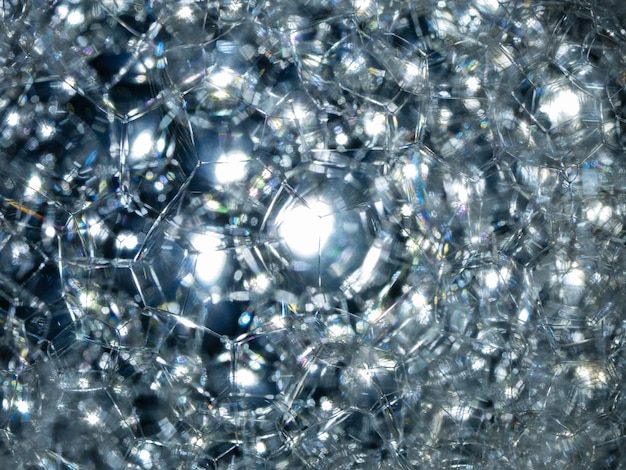 Molte bolle di sapone di struttura blu della schiuma sull'acqua