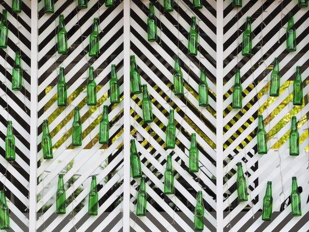 Molte bottiglie di birra vuote sono appese al muro