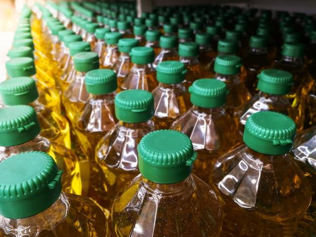 Molte bottiglie in fila pila di olio vegetale