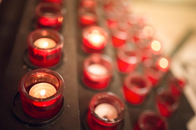 Molte candele accese con poca profondità di campo