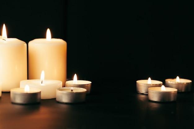 Molte candele accese con profondità di campo