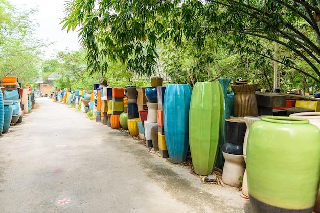 Molte diverse ciotole e tazze in ceramica multicolore brillanti fatte a mano