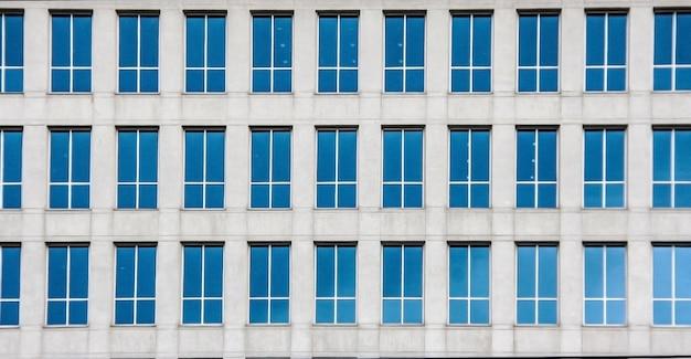 Molte finestre mirri di assunti che costruiscono colpo all'aperto
