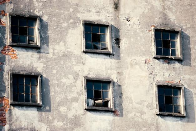 Molte finestre sulla facciata del vecchio edificio. architettura monotona