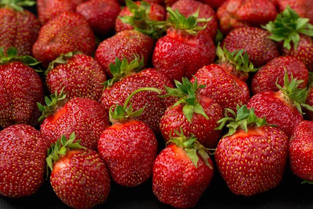 Molte fragole dolci si trovano o