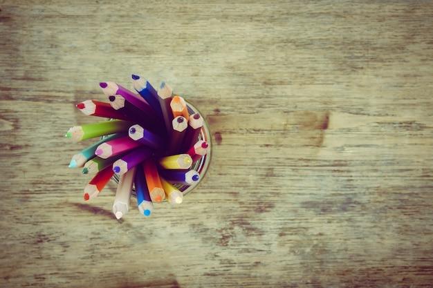 Molte matite colorate in un barattolo
