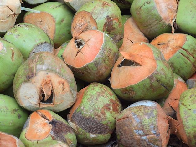 Molte noci di cocco asiatiche