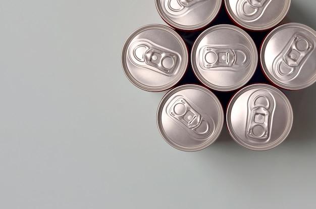 Molte nuove lattine di alluminio di bibite gassate o contenitori per bevande energetiche. concetto di produzione di bevande e produzione in serie