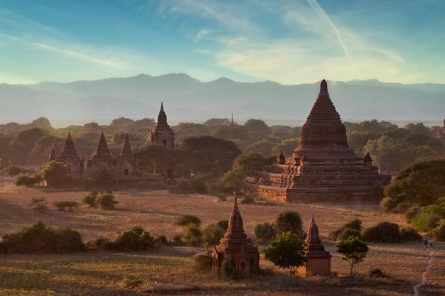 Molte pagode a bagan che è un'importante destinazione turistica del myanmar