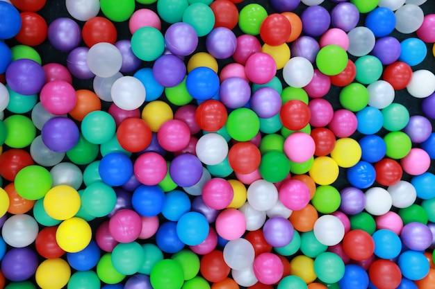 Molte palline di plastica colorate nel parco giochi per bambini