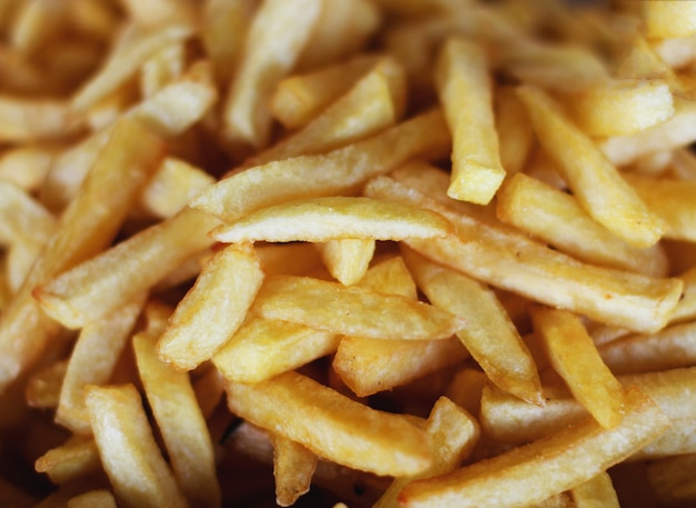 Molte patatine fritte. giallo e croccante
