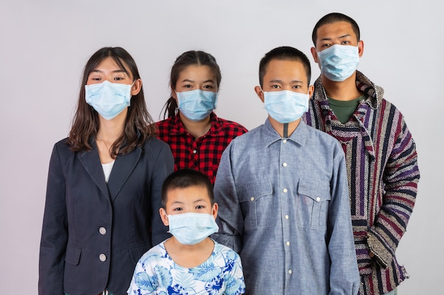 Molte persone indossano maschere che agiscono su uno sfondo bianco.