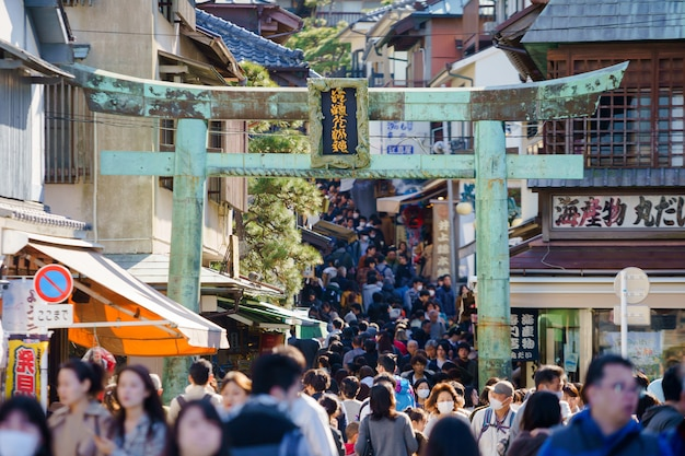 Molte persone vanno al tempio sensoji