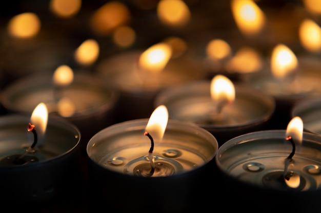 Molte piccole candele accese