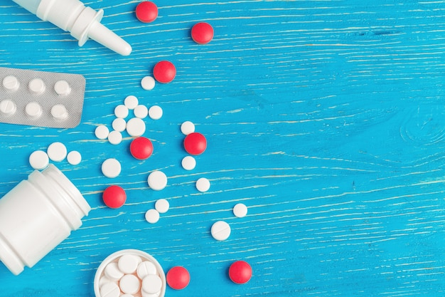 Molte pillole differenti su fondo di legno blu scuro