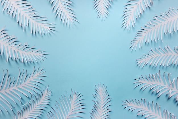 Molte piume di foglie fatte a mano di carta disposte in un cerchio