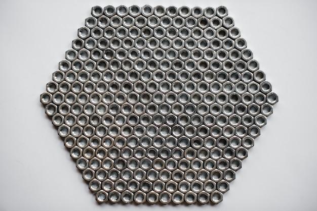 Molte rondelle e bulloni dadi per riparazioni da vicino.