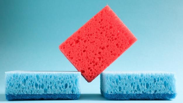 Molte spugne blu, rosse, gialle, verdi vengono utilizzate per lavare e pulire lo sporco usato dalle casalinghe nella vita di tutti i giorni