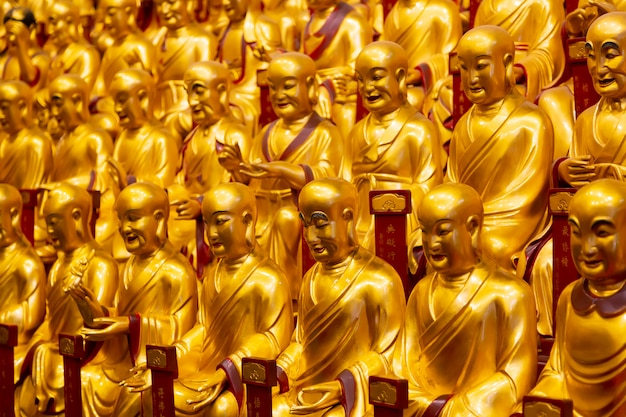 Molte statue dell'oro dei lohans nel tempio di longhua a shanghai, cina. famoso tempio buddista in cina.