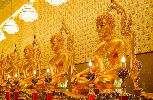 Molte statue dorate di buddha nel tempio al museo muangboran