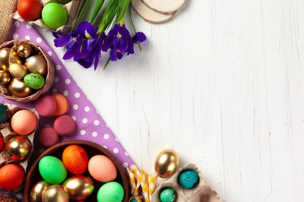 Molte uova di pasqua decorate con rami floreali