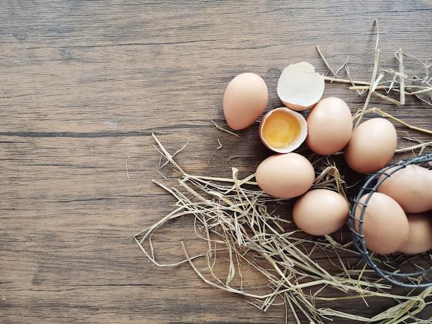 Molte uova giacciono sul tavolo.