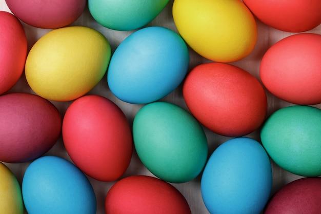 Molte uova multicolori di pasqua
