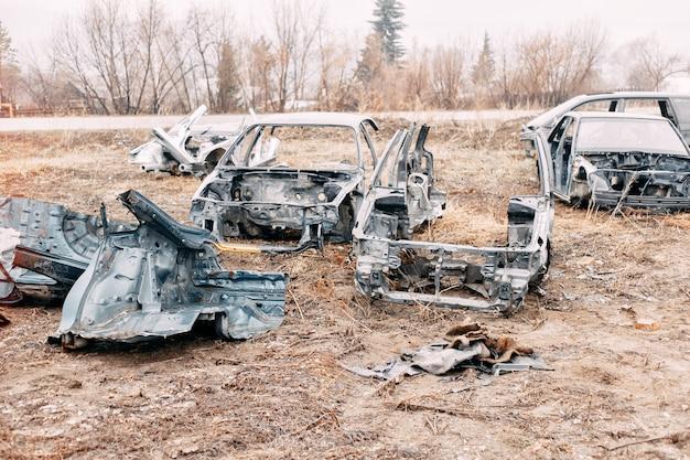 Molte vecchie macchine all'aperto a autocut