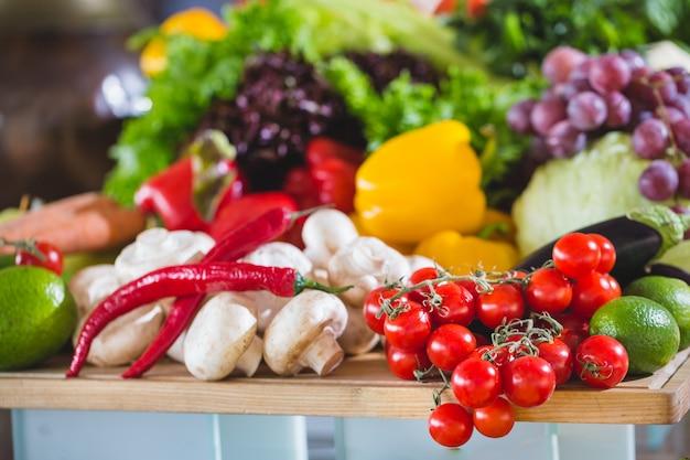 Molte verdure sul tavolo.