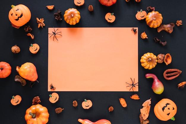 Molte zucche e decorazioni con foglio di carta
