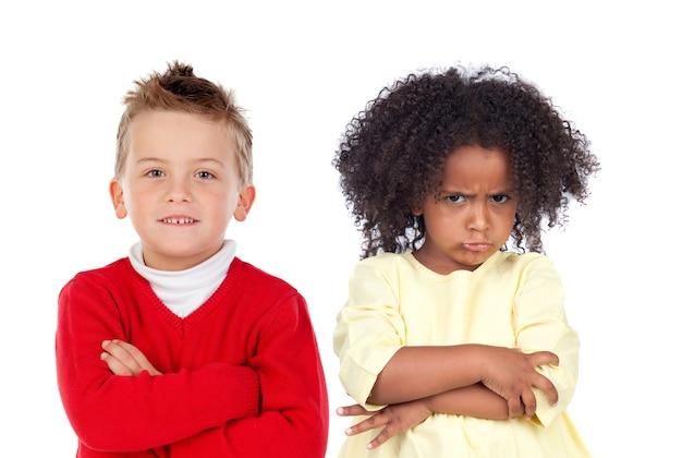 Molti bambini arrabbiati isolati su uno sfondo bianco