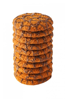 Molti biscotti al cioccolato isolati.