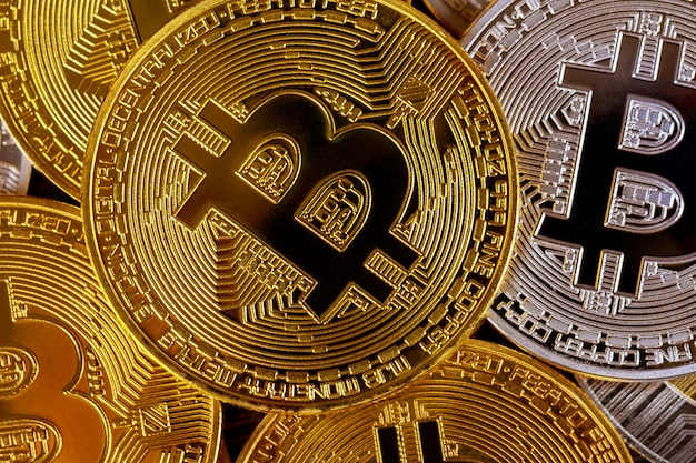 Molti bitcoin dorati. criptovaluta e concetto di denaro virtuale