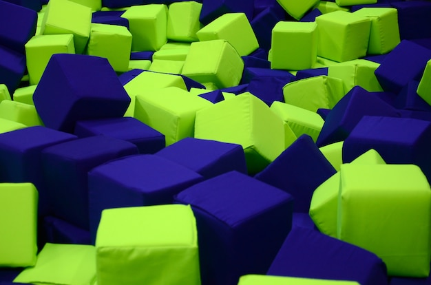 Molti blocchi morbidi colorati in un ballpit di bambini in un parco giochi