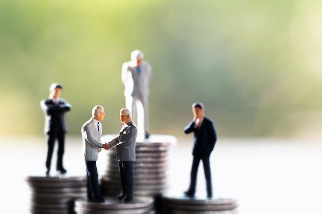 Molti concetti di uomo d'affari, risparmio e finanza