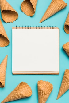 Molti coni waffle e notebook vuoti